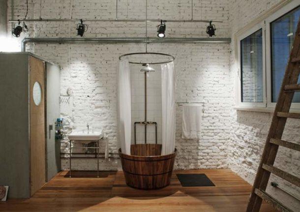 Высокие потолки, стены без отделки, большое окно - идеальные условия для воплощения стиля