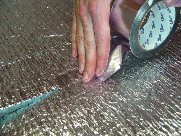 Проклейка стыков теплоизоляционного материала фольгированным скотчем