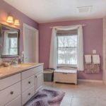 Уютная ванная цвета лаванды