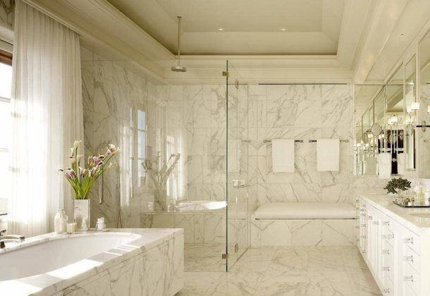 Ванная, отделанная белым мрамором
