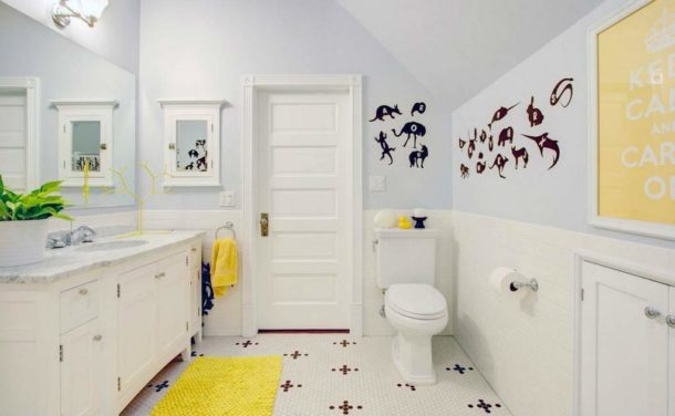 Для смены стиля в такой ванной достаточно заменить аксессуары