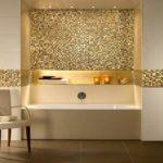Золотистая мозаика в белой ванной