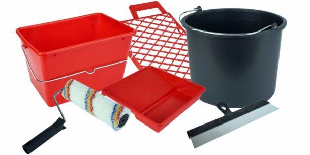 Простые инструменты и материалы для приклеивания обойного материала с фотопечатью