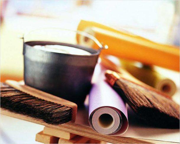 Инструмент и материалы используются те же, что и для поклейки обычных обоев