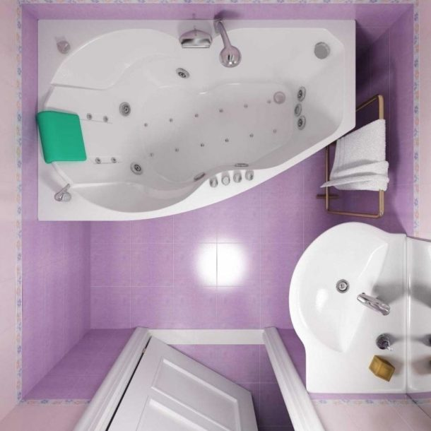Объемная ванна в маленькой комнате