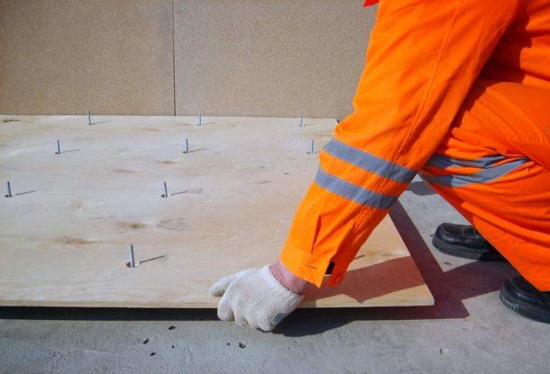Выравнивание основания из бетона фанерой