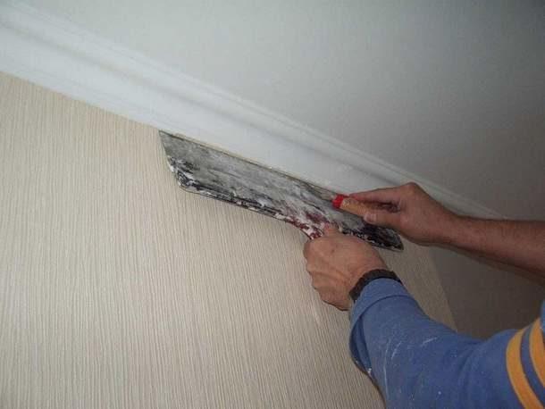 Если приклеить багет заранее, риск повреждения потолок снижается