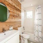 Деревянная стена в белой ванной