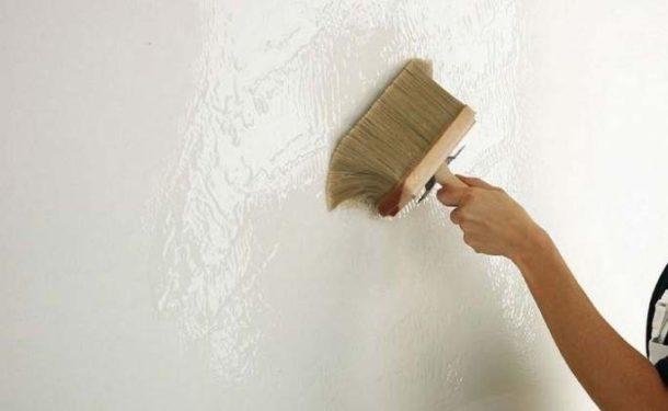 Грунтование подготовленной идеально ровной стены