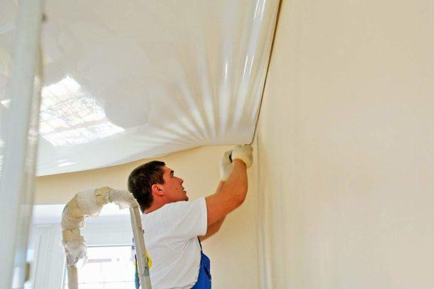Монтаж ПВХ полотна до финишной отделки стен