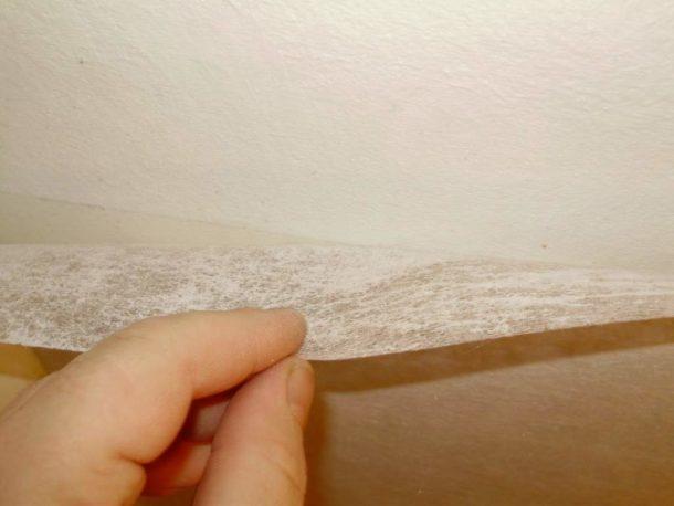 Клеим стеклохолст на поверхность потолка