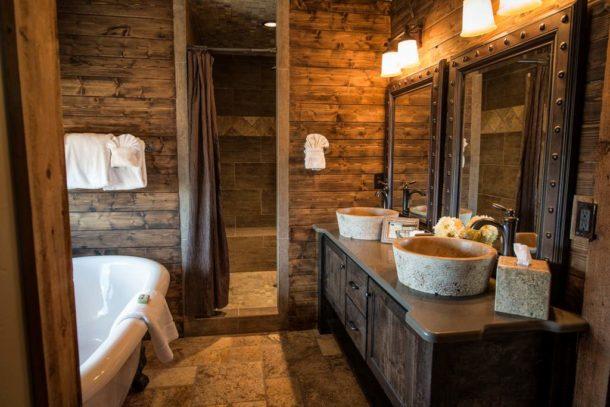 Уютная ванная с деревянной отделкой