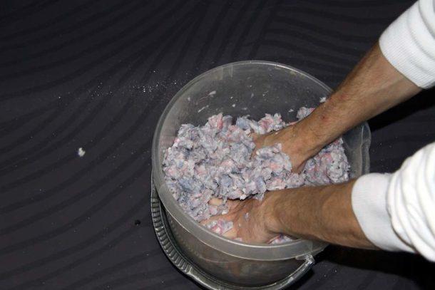 Можно перемешивать смесь голыми руками: материал совершенно безопасен