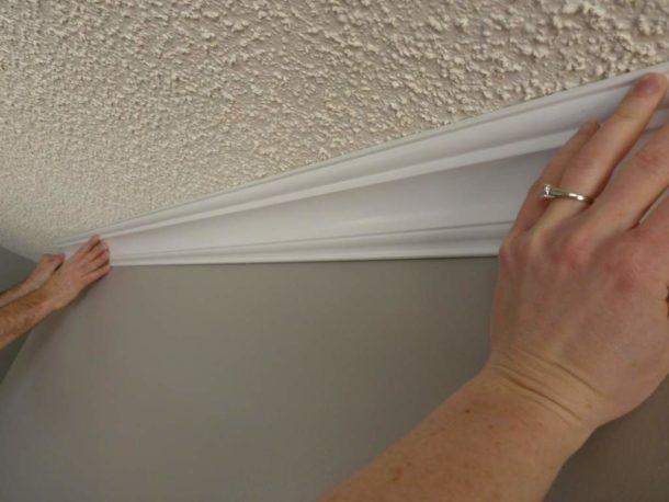 Поклейка багета на потолок