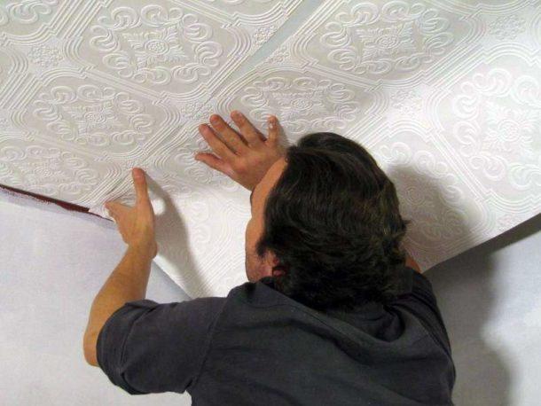 Поклейка флизелиновых обоев на поверхность потолка