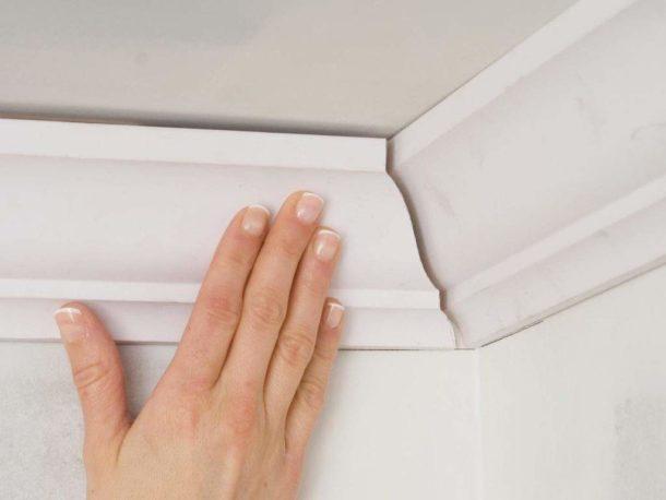 Поклейка багета на потолок в углах