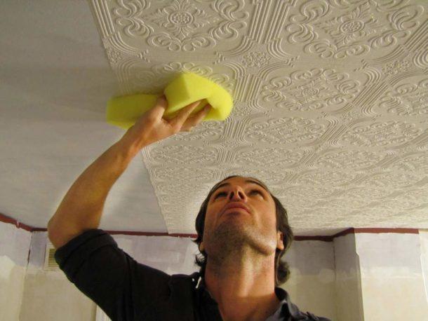 Оклеиваем обоями потолок