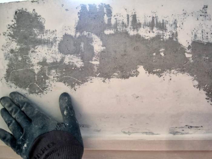 Как клеить обои на стены с неровным потолком 2