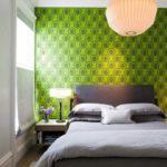 Зеленая стена над кроватью