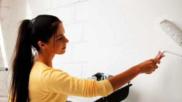 Грунтование стены белым составом под флизелин или светлые обои