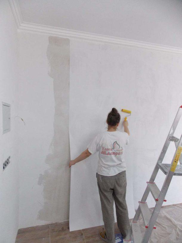 Процесс приклеивания широких обоев под покраску