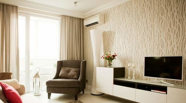 Светлая отделка в маленькой гостиной с невысокими потолками