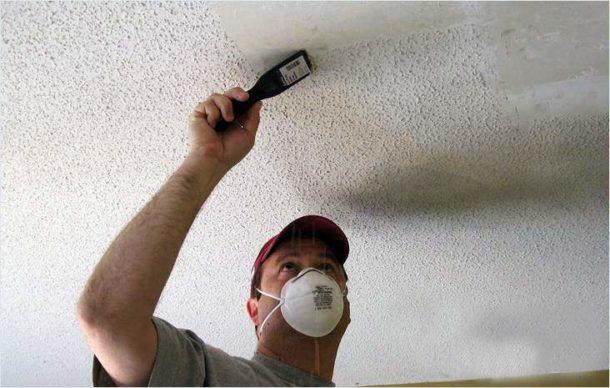 Удаление с потолка не выдержавшей испытаний побелки