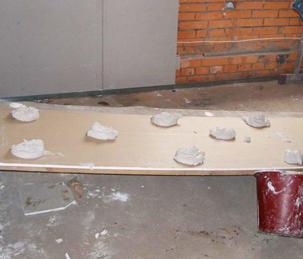 Приклеивание ГКЛ к кирпичной стене гипсовым клеем