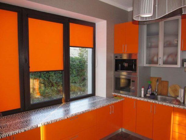 Оранжевые ролеты под цвет гарнитура