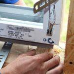Установка оконного блока на деревянные подкладки