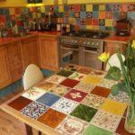 Кухонный стол с плиточной поверхностью