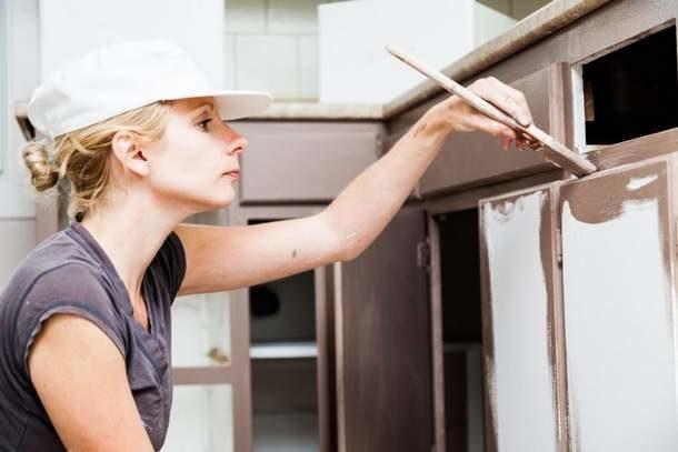 Окрашивание кухонного гарнитура кистью