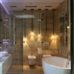 Современная просторная ванная