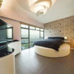 Круглый подиум в просторной комнате