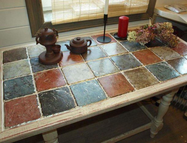 Стол с покрытием из плитки