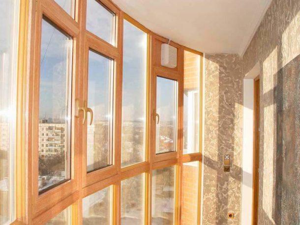 Деревянные окна со стеклопакетами на балконе