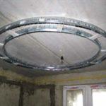 Криволинейная конструкция на потолке