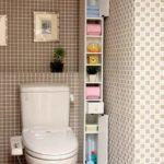 Узкий шкафчик с полками в туалете
