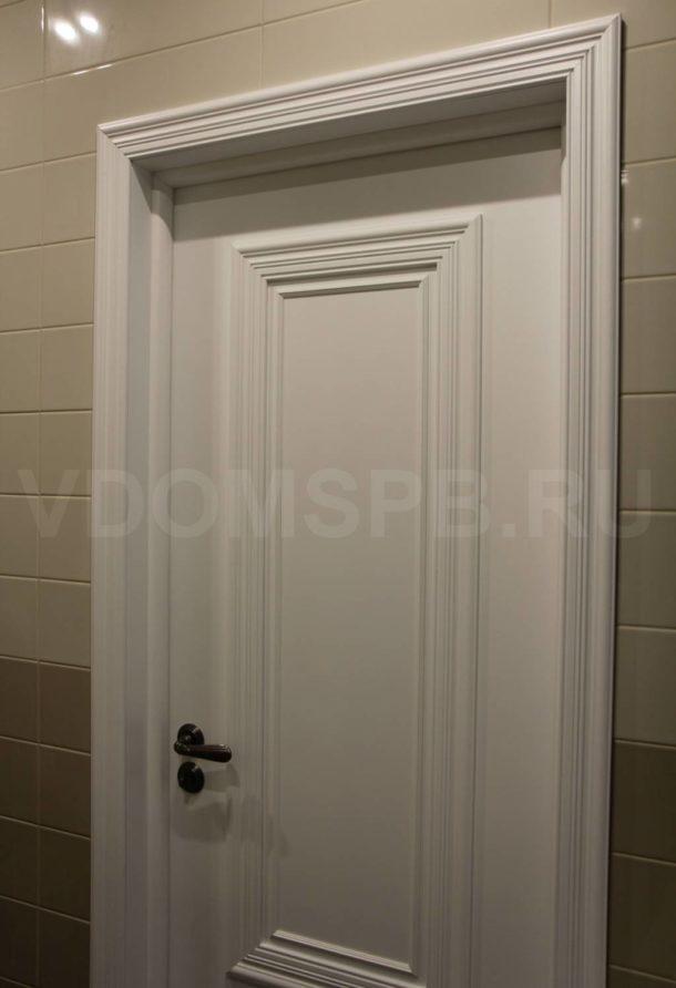 Дверь в белой эмали с широким багетом