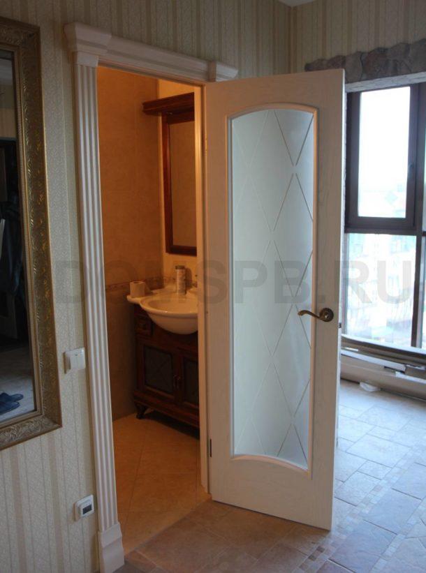 Шпонированная дверь в ванную с большим стеклом