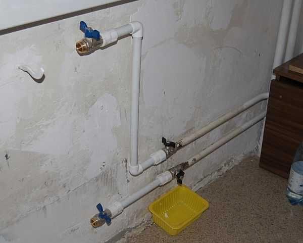 И на сколько они имеют право перекрывать стояк полностью и оставлять других жильцов без воды