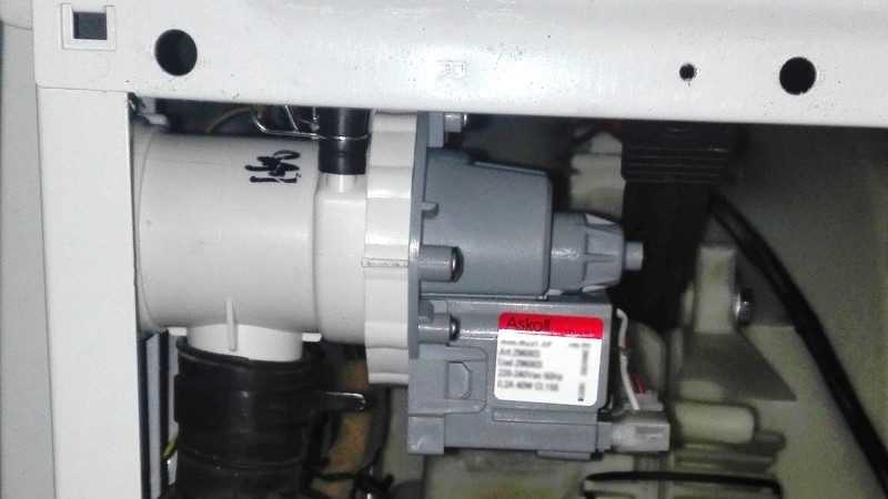 Чистка и обслуживание стиральной машины, Аварийный слив воды из стиральной машины, Чистка внешней поверхности стиральной машины