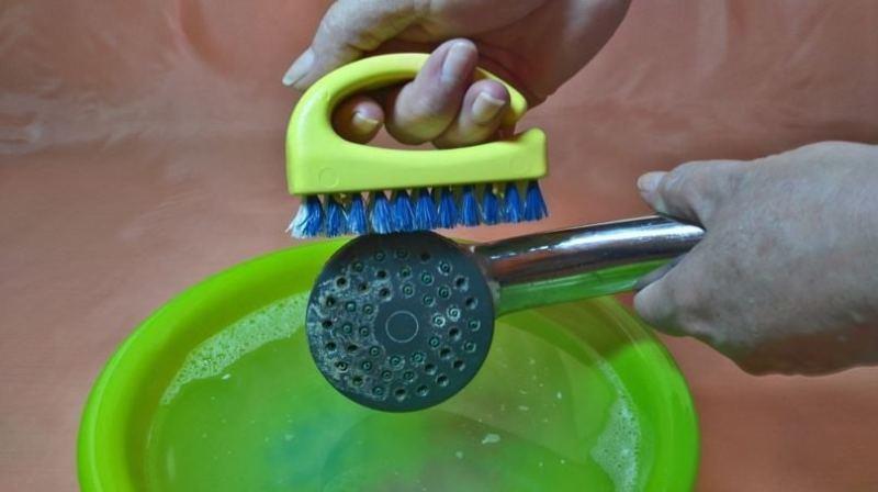 Как быстро очистить душевую лейку от известкового налета